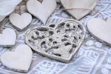 Wall Mural - metalen hart met houten hartjes op transparante stof