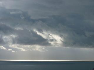 orage et éclaircie sur la mer