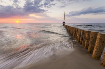 Budowa umocnień na morskiej plaży