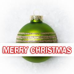 Weihnachtskugel im Schnee mit Merry Christmas Textbotschaft