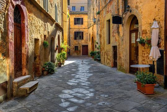 Toscania, Włochy, Montepulciano, zaułek
