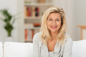entspannte best-ager frau zu hause