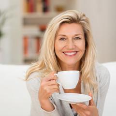 sympathische frau mit einer tasse kaffee