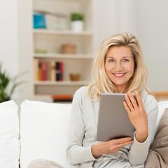 moderne best-ager frau benutzt tablet zu hause
