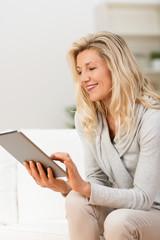 frau benutzt ihr tablet-pc zu hause