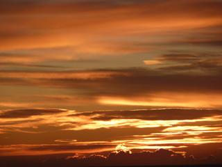 coucher de soleil derrière les nuages