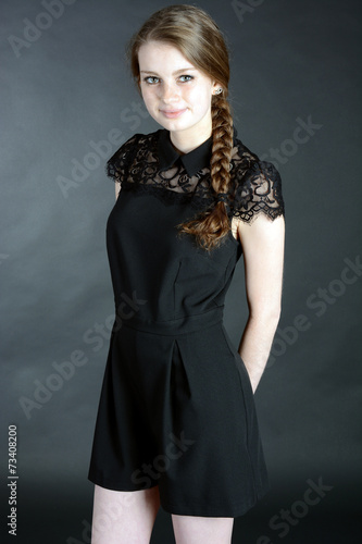 Teenager in schwarzem Kleid trägt Zopf\