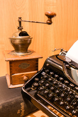 Antike Kaffeemühle,Typewriter 01