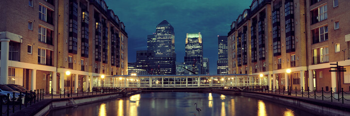 Fototapete - London Canary Wharf at night