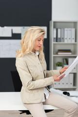 motivierte unternehmerin in ihrem büro