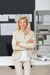 selbstbewusste ältere geschäftsfrau in der firma