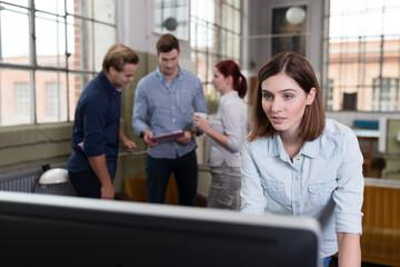 junges team arbeitet in fabrik-gebäude