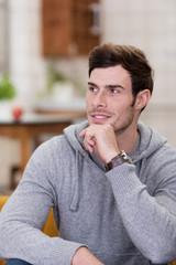 mann mit grauem pullover zu hause