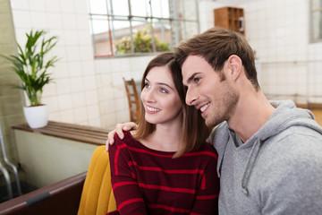 attraktives modernes paar zu hause