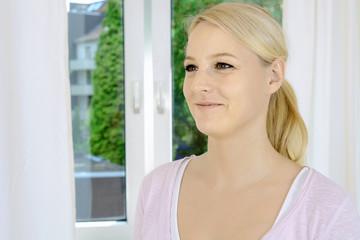 Hübsche blonde Frau lächelt