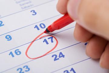 Fototapete - Hand Marking 17th Date On Calendar