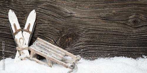 wintersport ski und schlitten vor holzwand stockfotos und lizenzfreie bilder auf. Black Bedroom Furniture Sets. Home Design Ideas