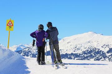 Paar vor Skiabfahrt