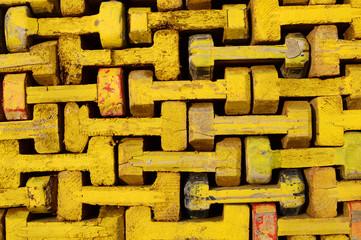 Teile eines Gerüstes in gelb