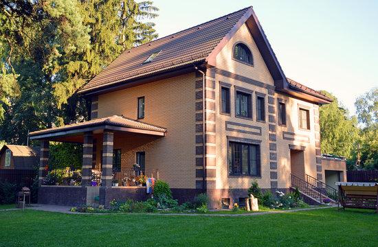 Современный загородный дом-коттедж