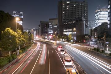 大都市東京 夜の幹線道路イメージ 自動車の光跡