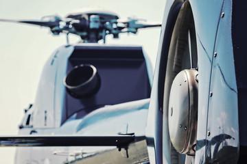 Moderner Hubschrauber aus Heckperspektive