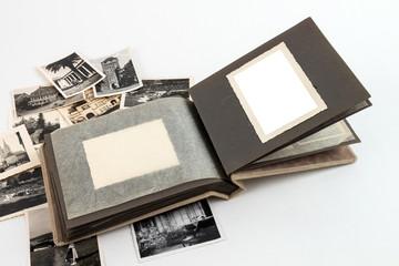 Fotoalbum aufgeschlagen mit Bildern freigestellt