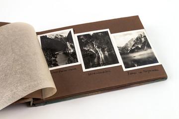 Fotoalbum aufgeschlagen mit 3 Bildern Landschaft