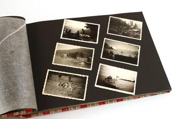 fotoalbum aufgeschlagen mit bildern