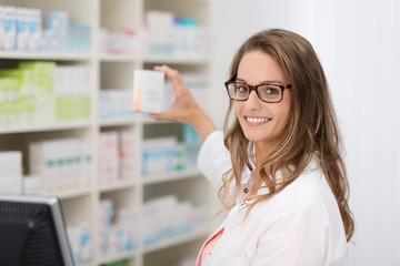 apothekerin zeigt ein medikament