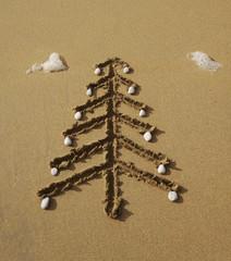 Weihnachten am Meer  als Symbol aus Sand und Kieselsteinen