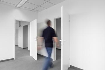 Büroalltag laufender Mann
