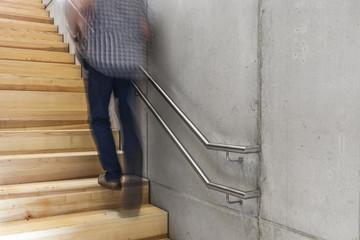 laufender Mann auf der Treppe