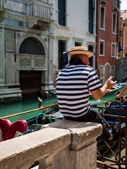 Gondolier canotier marin à Venise
