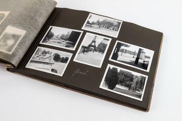 Opas Fotoalbum geöffnet von oben mit Bildern