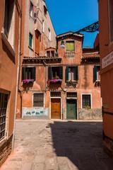 Carrefour rues maisons à Venise