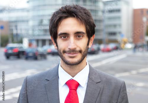 Bewerbungsfoto Eines Mannes Mit Schwarzen Haaren Und Bart