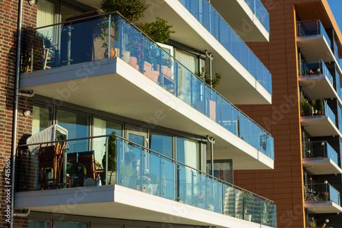 Moderne wohnh user mit balkon stockfotos und lizenzfreie for Moderne wohnhauser