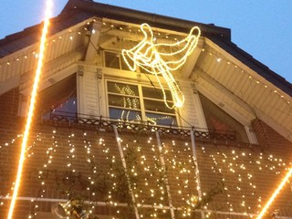 weihnachtlich beleuchtetes haus