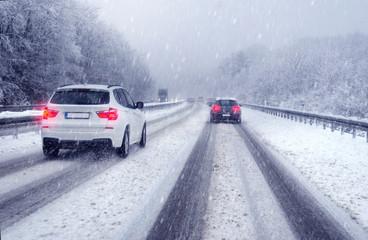 Wall Mural - Sicher fahren im Winter bei verschneiter Fahrbahn