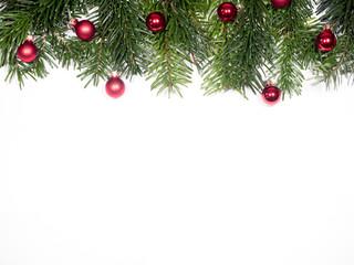 isolierte Tannenzweige mit christbaumkugeln