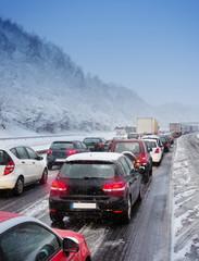 Pendelverkehr Stau auf Autobahn Schnee Winter