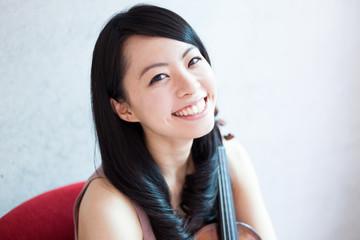 ヴァイオリンを持った女性