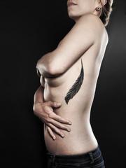 naga kobieta zasłaniająca biust