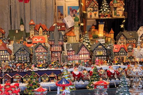 weihnachtliche h user und figuren am christkindlmarkt. Black Bedroom Furniture Sets. Home Design Ideas