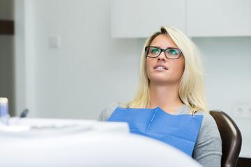 Junge Dame / Patientin wartend in Zahnarztstuhl