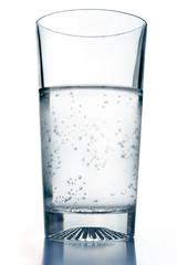 Bicchiere acqua fredda con bollicine