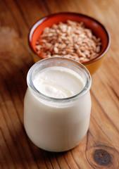 yogurt bianco con cereali nel barattolo di vetro