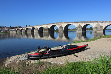 Im Schlauchboot auf der Loire - Brücke von Gien