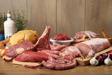 carne cruda gruppo su tavolo di legno